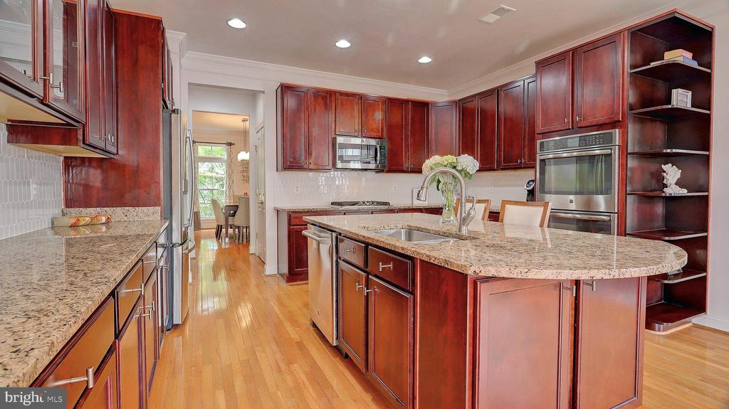 Large kitchen island. - 476 HARBOR SIDE ST, WOODBRIDGE