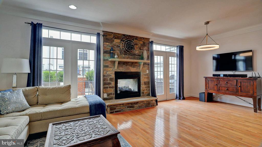 Family room and fireplace. - 476 HARBOR SIDE ST, WOODBRIDGE