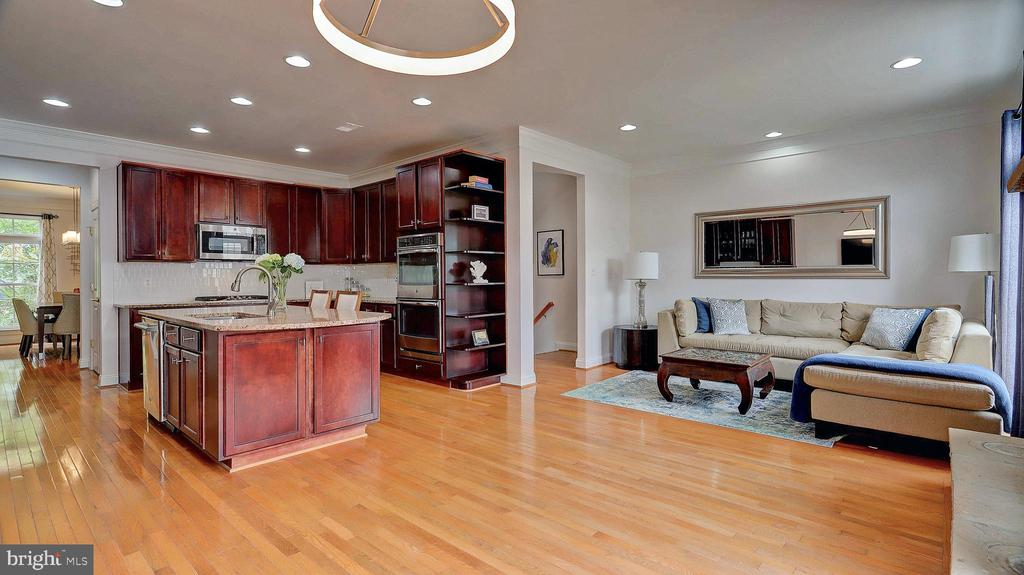 Gourmet kitchen. - 476 HARBOR SIDE ST, WOODBRIDGE