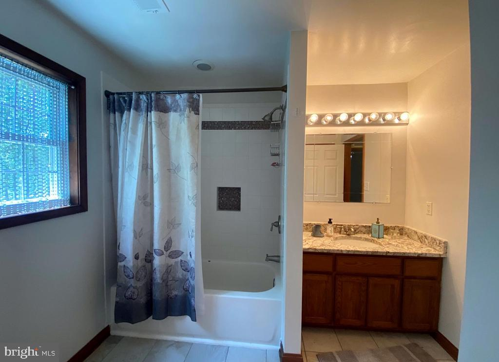 Full Bath - Upstairs - 544 WHITE PINE LN, BOYCE