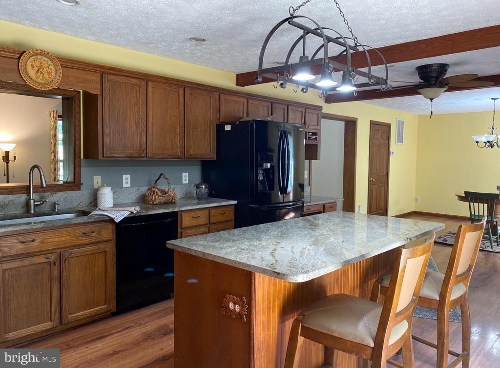 Kitchen Island - 544 WHITE PINE LN, BOYCE