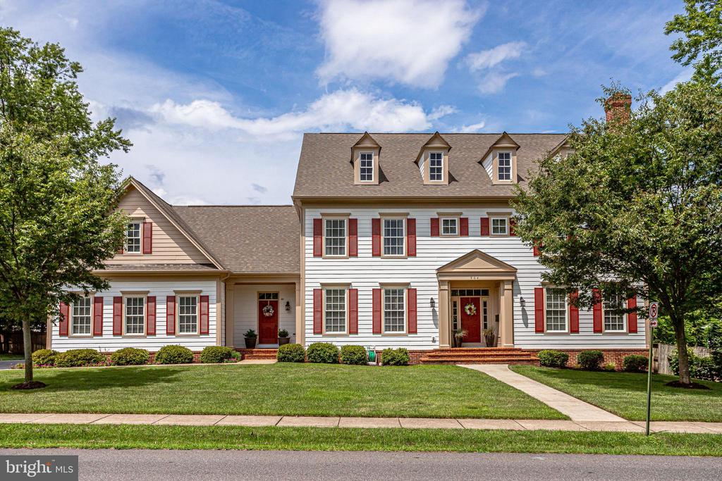 Located in Historic Herndon surrounded by trees - 904 LOCUST ST, HERNDON