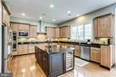 Gourmet kitchen with gas cooking - 904 LOCUST ST, HERNDON