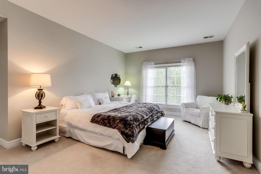 Spacious guest bedrooms all have private baths - 904 LOCUST ST, HERNDON