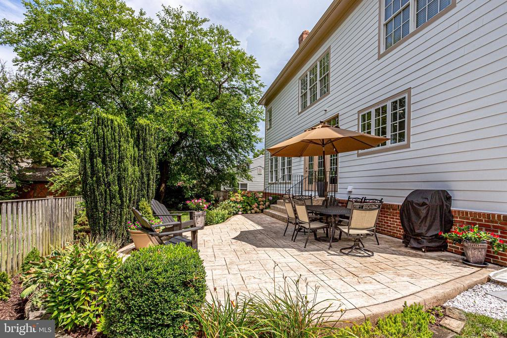 Patio is surrounded by great landscaping - 904 LOCUST ST, HERNDON