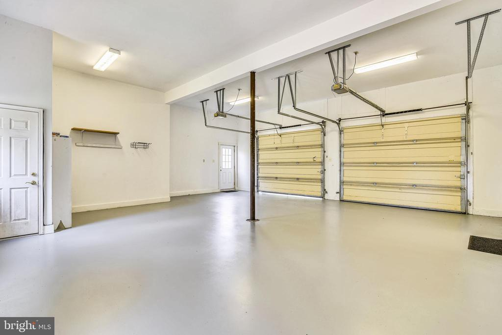 Ample room for any size vehicle & stairwell to apt - 69 TWIN POST LN, HUNTLY