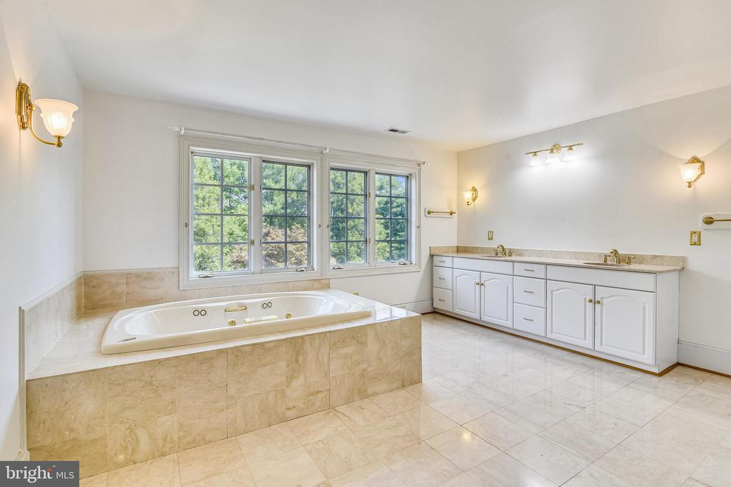Master Suite with Jacuuzi - 69 TWIN POST LN, HUNTLY