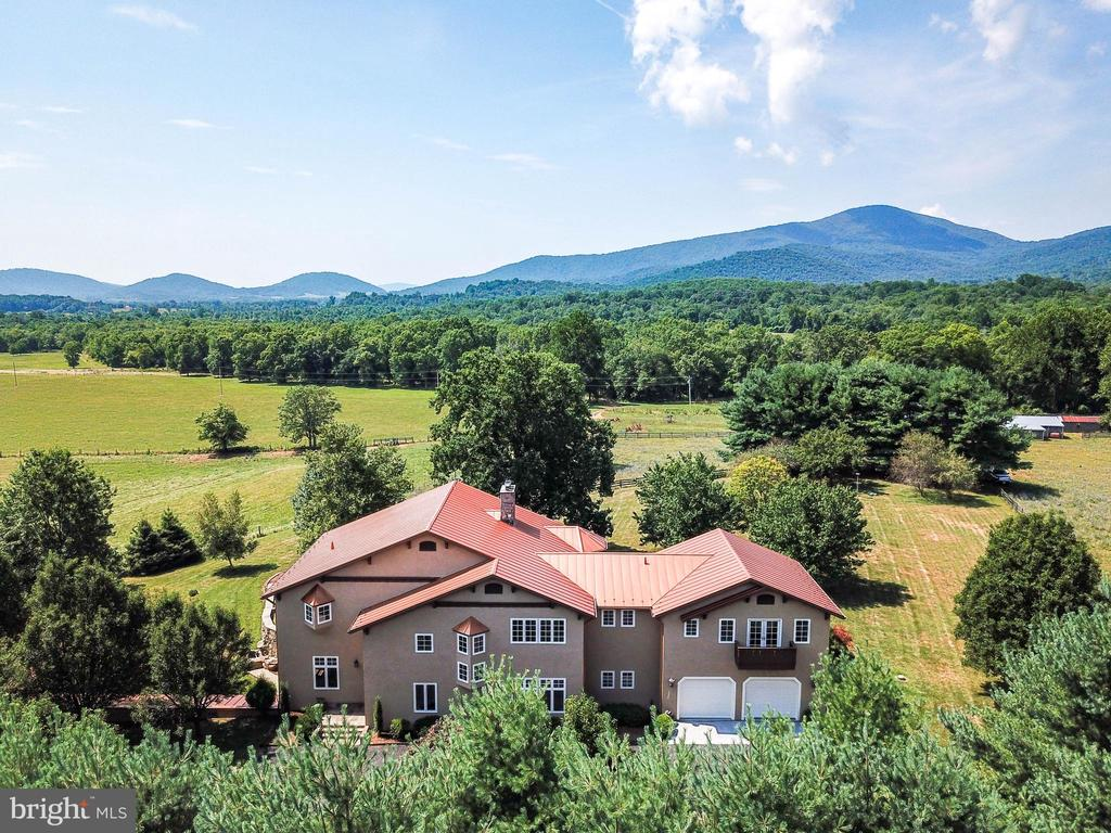Magnificent setting & an inspired Swiss Chalet - 69 TWIN POST LN, HUNTLY