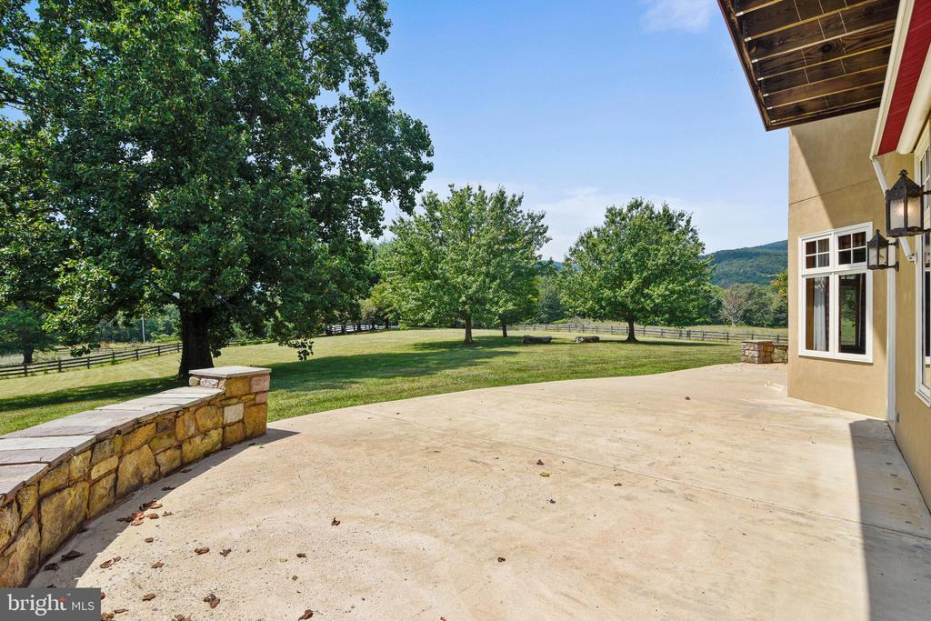 Generous patio dining off kitchen - 69 TWIN POST LN, HUNTLY
