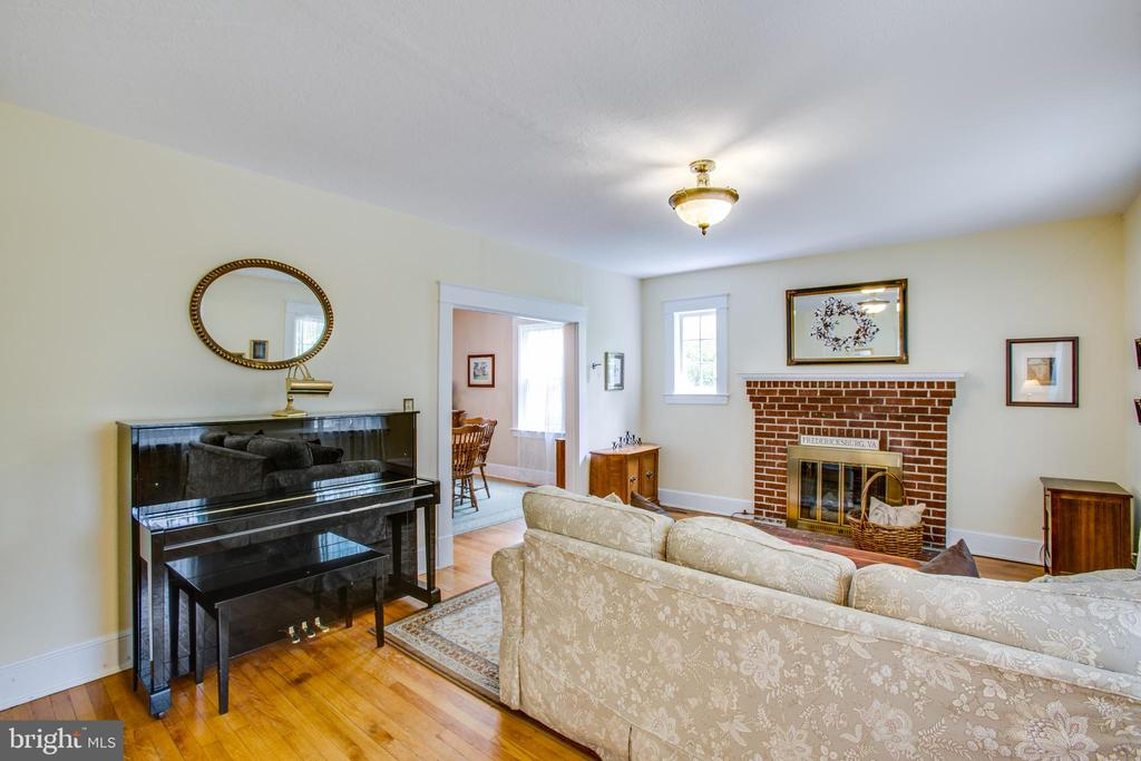 Living Room with gas fireplace - 809 MORTIMER AVE, FREDERICKSBURG