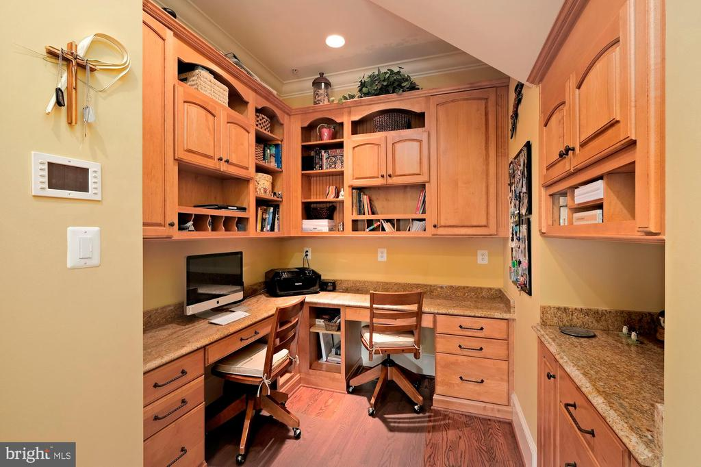secondary office off of kitchen - 11215 KINSALE CT, ELLICOTT CITY