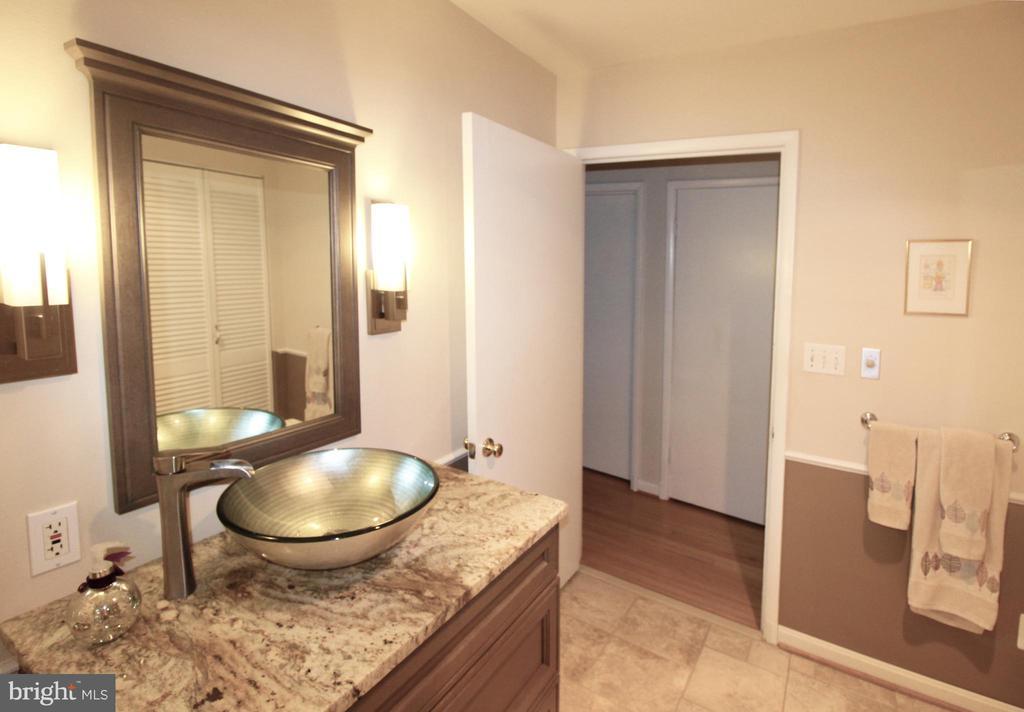 Beautifully renovated main bathroom - 5678 WATERLOO RD, COLUMBIA