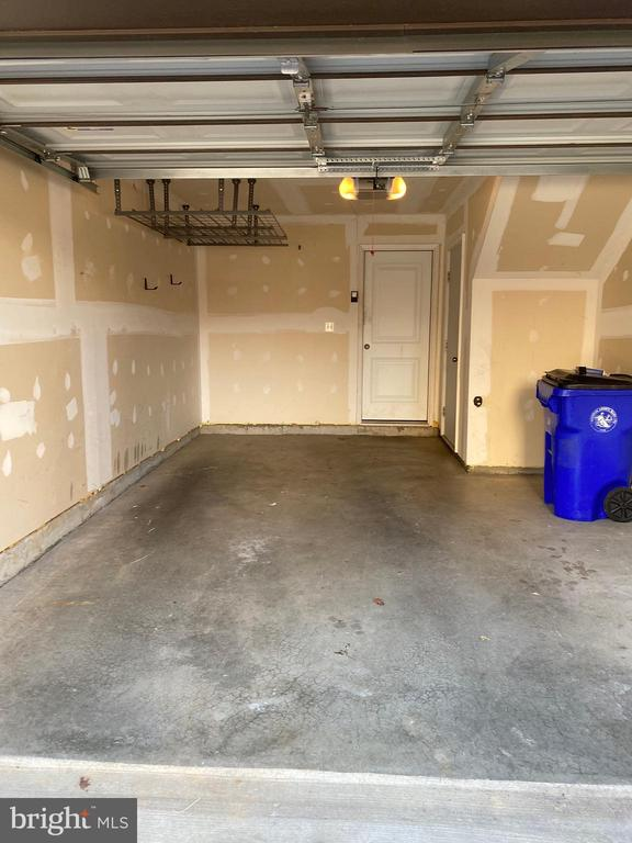 Oversized one car garage with door opener - 1429 TRAFALGAR LN, FREDERICK