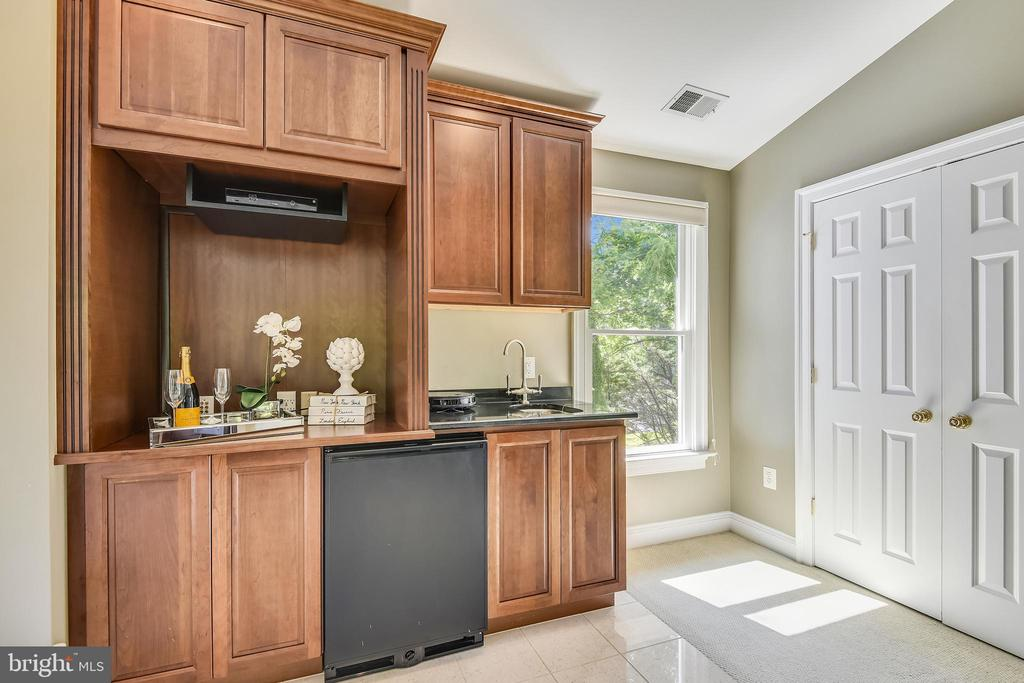 Breakfast/wet bar for those lazy mornings - 840 ELDEN ST, HERNDON