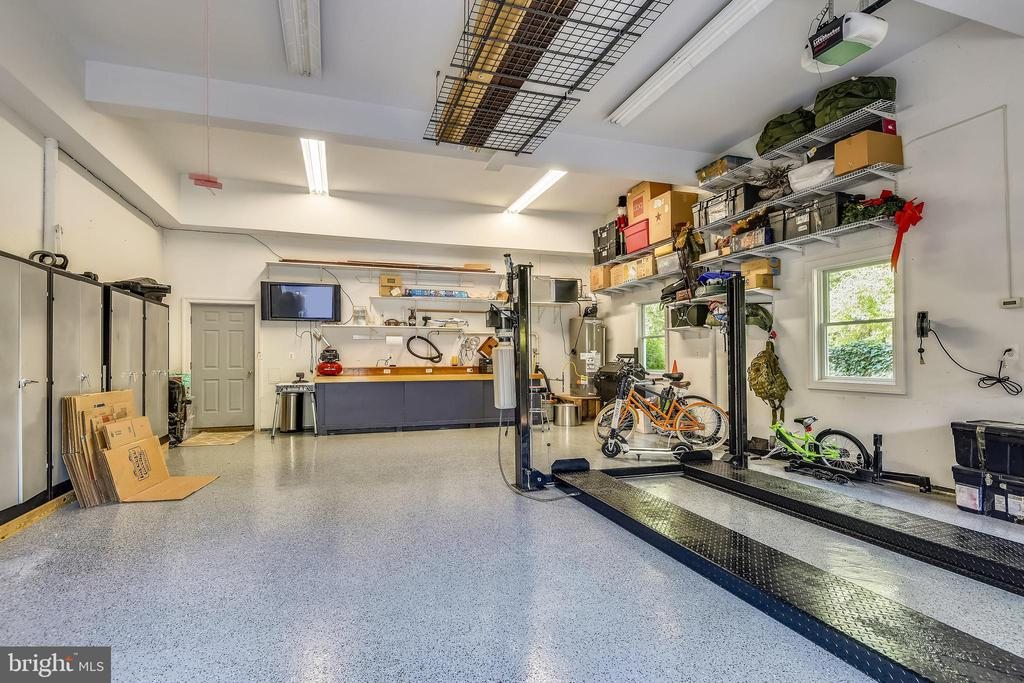 Spacious 900 ft heated garage w  car lift! - 840 ELDEN ST, HERNDON