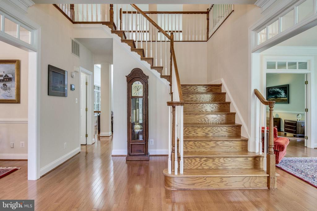 Grand  two-story foyer  w/  Mosaic hardwoods - 3720 SPICEWOOD DR, ANNANDALE