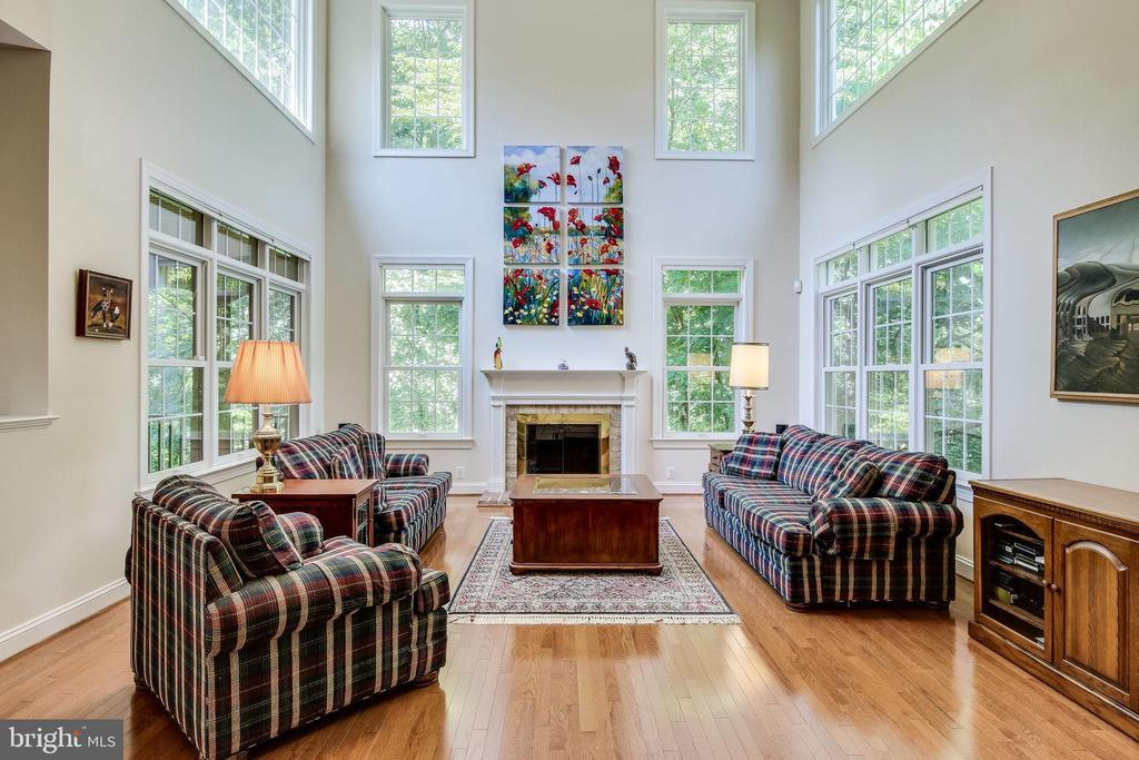 Natural light  streaming through walls of windows - 3720 SPICEWOOD DR, ANNANDALE