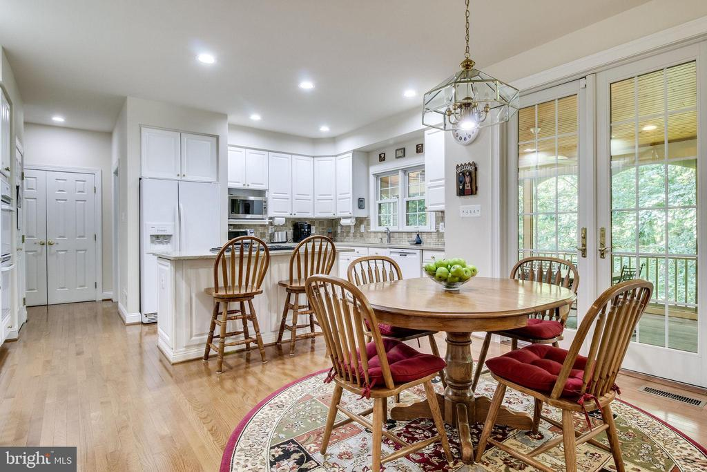 Gourmet Kitchen with  dining area & island seating - 3720 SPICEWOOD DR, ANNANDALE