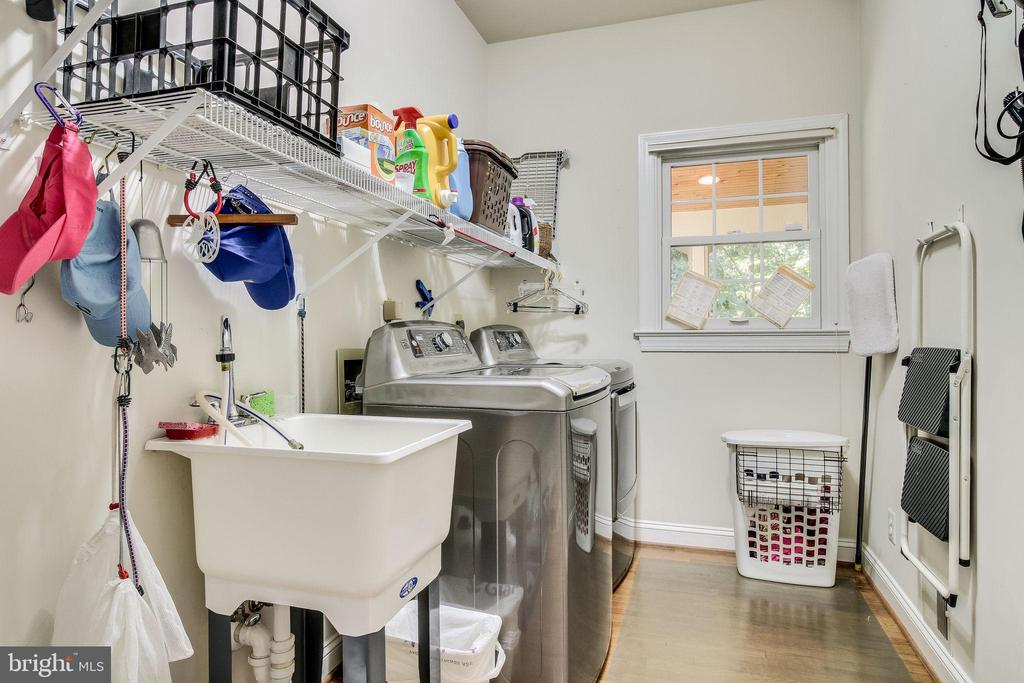 Laundry Room off of Kitchen w/ upgraded appliances - 3720 SPICEWOOD DR, ANNANDALE