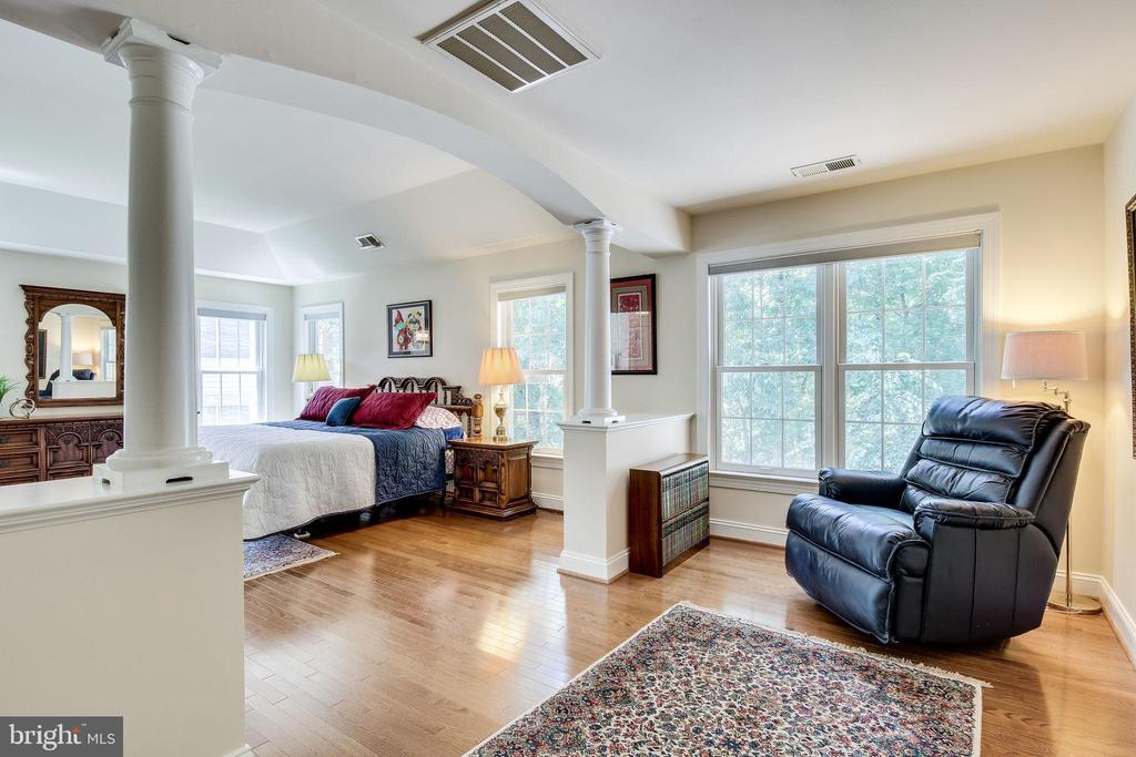 Master suite with sitting area - 3720 SPICEWOOD DR, ANNANDALE