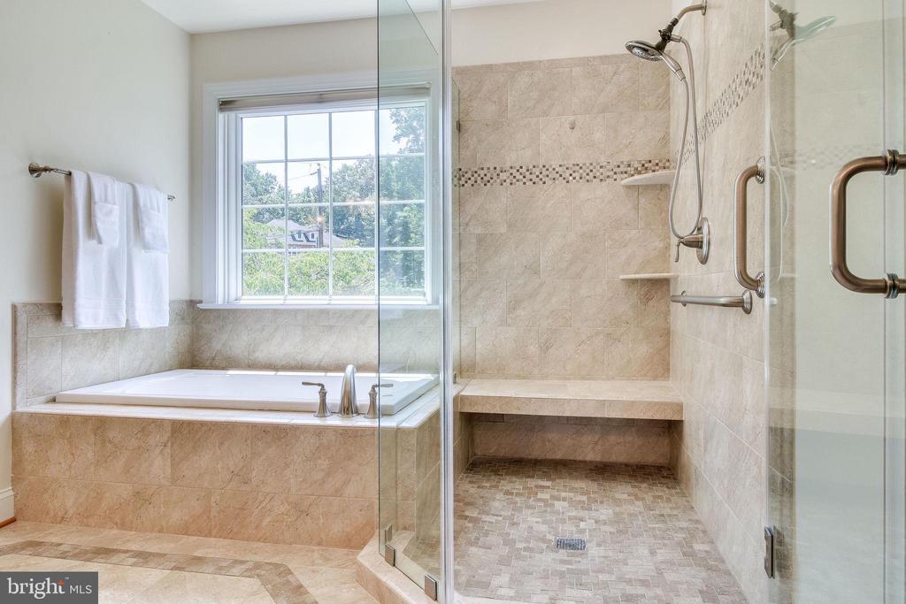 Luxurious Master Bath - 3720 SPICEWOOD DR, ANNANDALE