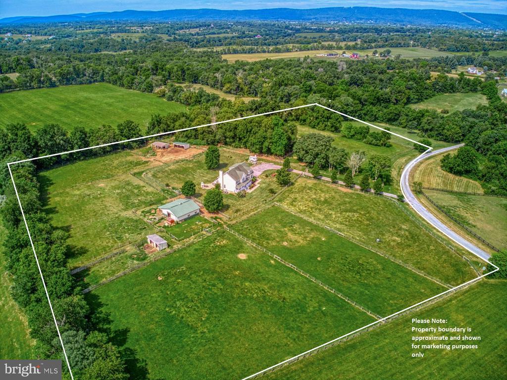 10 Ac,  7 Fenced Paddocks, 4 Barns! Working Farm - 40205 QUAILRUN CT, LOVETTSVILLE