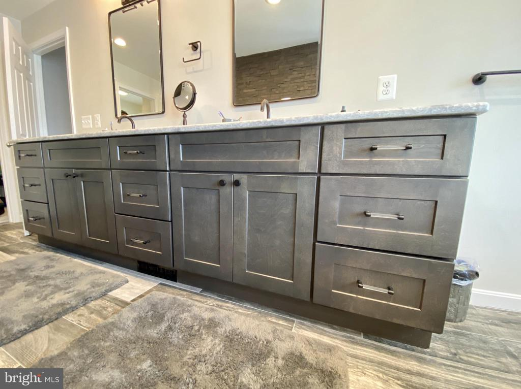 Gorgeous cabinetry and beautiful granite - 3580 DEEP LANDING RD, HUNTINGTOWN