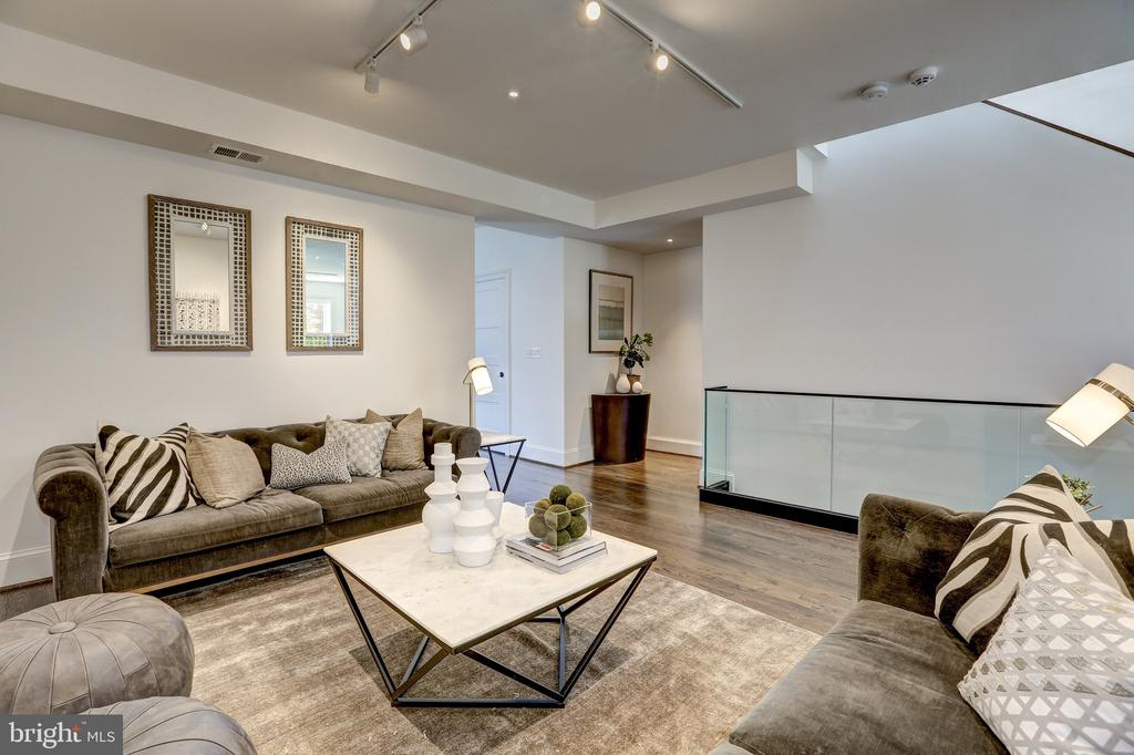 Open and Inviting Living Space - 1013 O ST NW, WASHINGTON