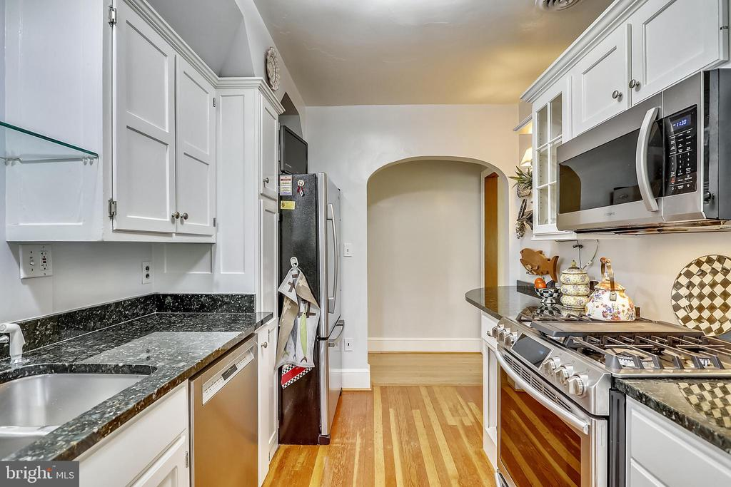 Gas cooking, wood flooring - 9510 THORNHILL RD, SILVER SPRING
