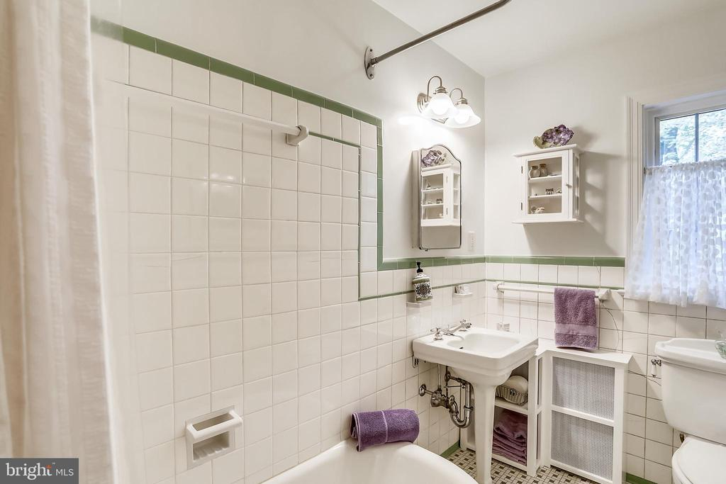 Upper Level 1, full tub with Bath, 'retro' tiling - 9510 THORNHILL RD, SILVER SPRING