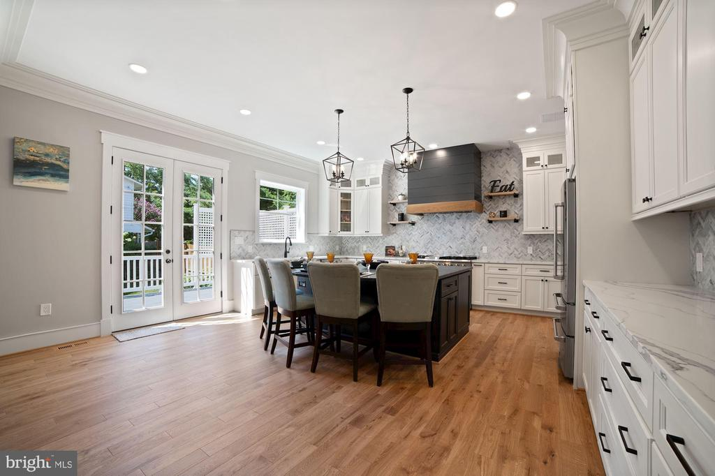 Large Custom Kitchen with 2 tier cabinets/Glass - 5631 SOUTHAMPTON DR, SPRINGFIELD