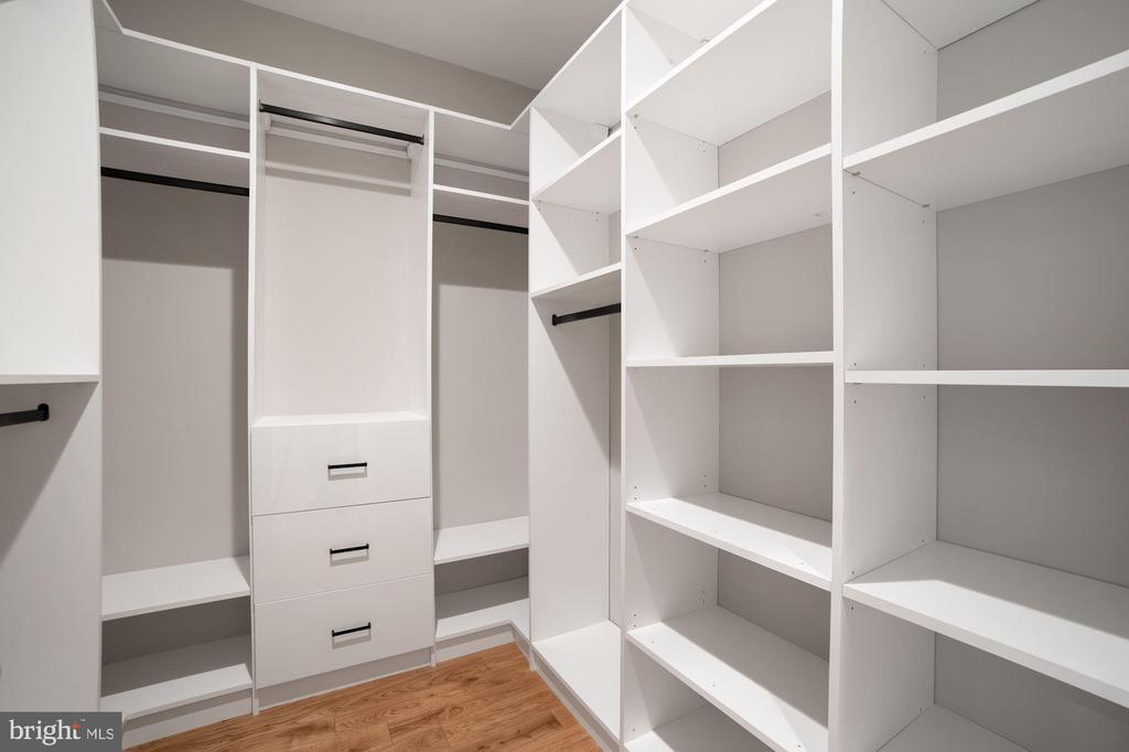His Closet - 5631 SOUTHAMPTON DR, SPRINGFIELD