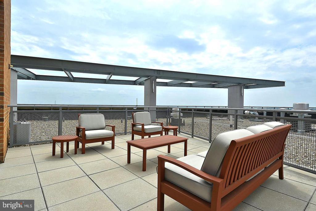Roof top lounge - 2001 15TH ST N #203, ARLINGTON
