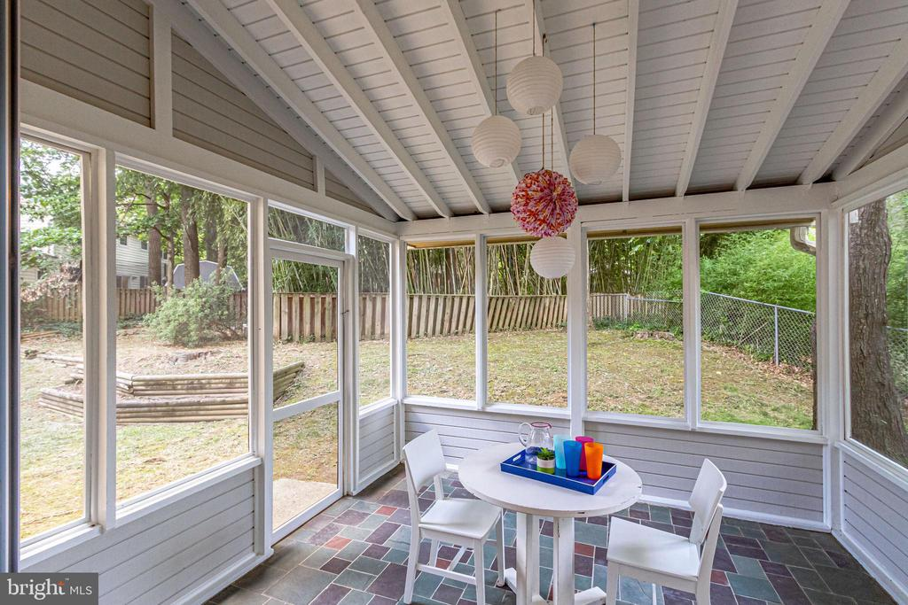 Spacious, screened-in patio off the kitchen - 5000 FLEMING DR, ANNANDALE