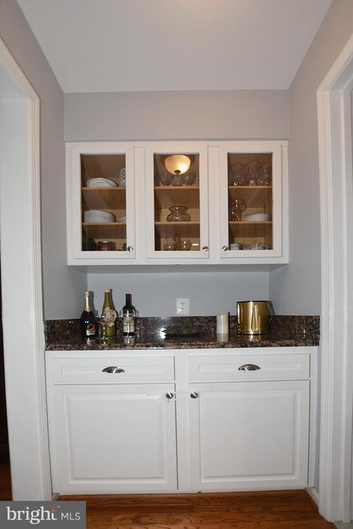 Butlers Pantry with Glass Doors & Granite counter - 20418 ROSEMALLOW CT, STERLING