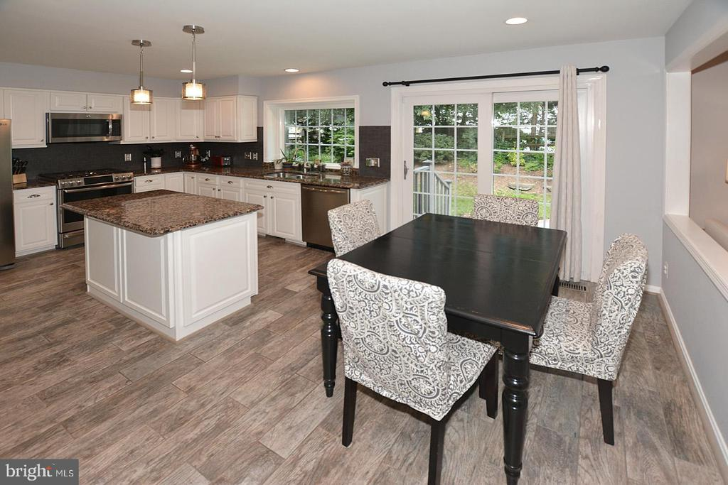 Eat In table space in kitchen - 20418 ROSEMALLOW CT, STERLING
