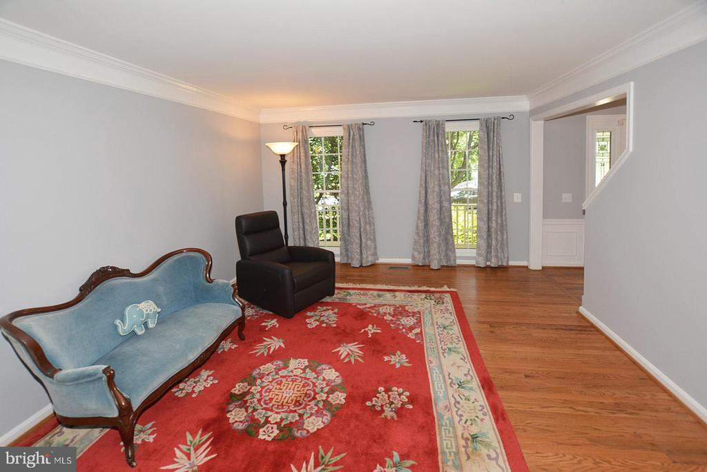 Living room with view of trees & front porch - 20418 ROSEMALLOW CT, STERLING