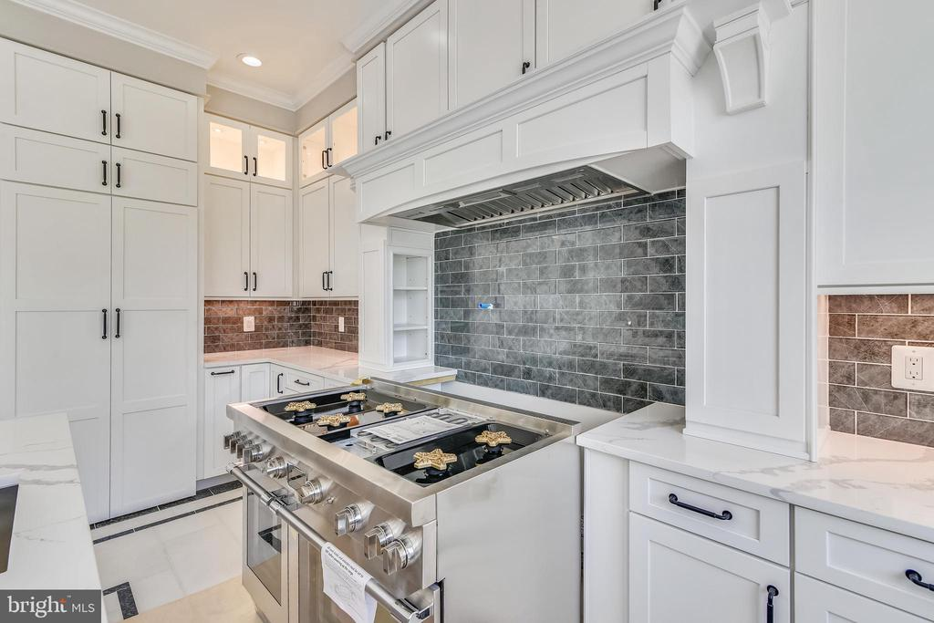 Thermador 6 burner commercial stove and hood - 14612 BRISTOW RD, MANASSAS