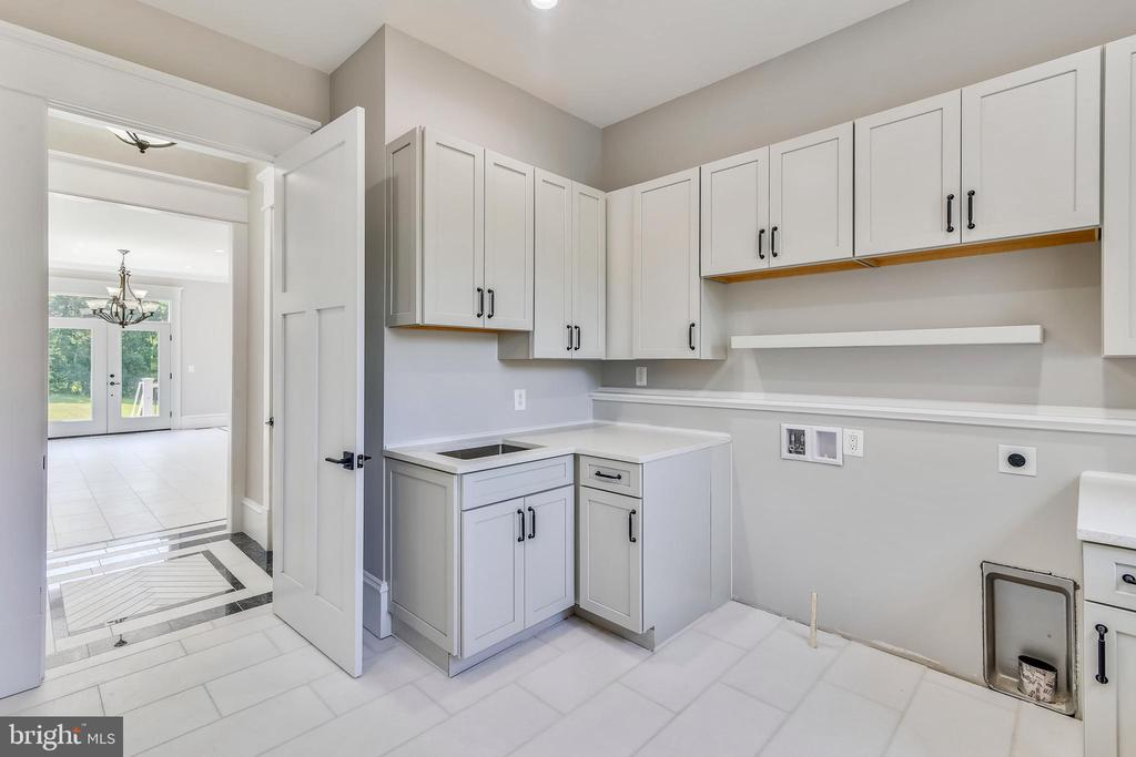 Laundry room with lots of cabinetry - 14612 BRISTOW RD, MANASSAS