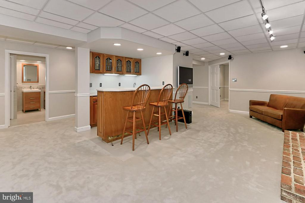 Lower level with wetbar and media area - 9912 EVENSTAR LN, FAIRFAX STATION