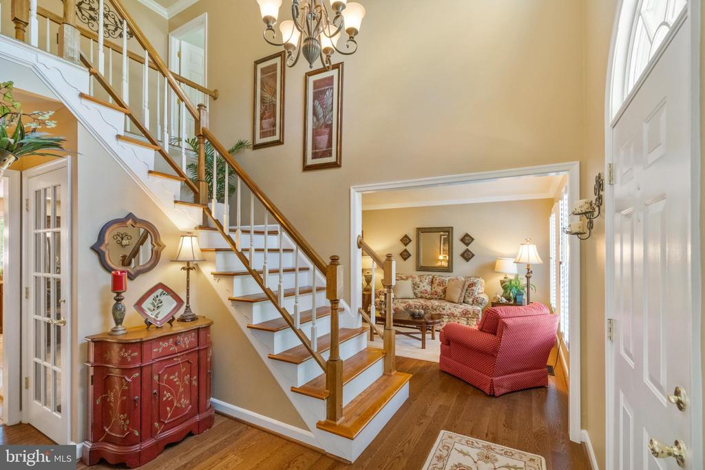 Dramatic 2-story foyer - 6411 SPRINGHOUSE CIR, CLIFTON