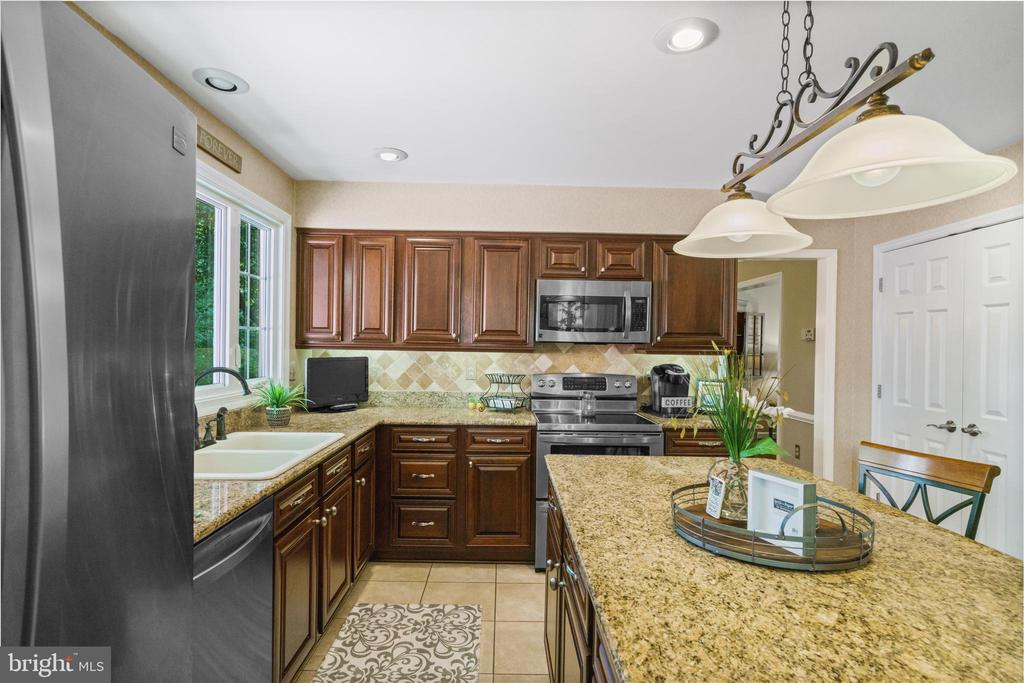Granite and tile - 6411 SPRINGHOUSE CIR, CLIFTON