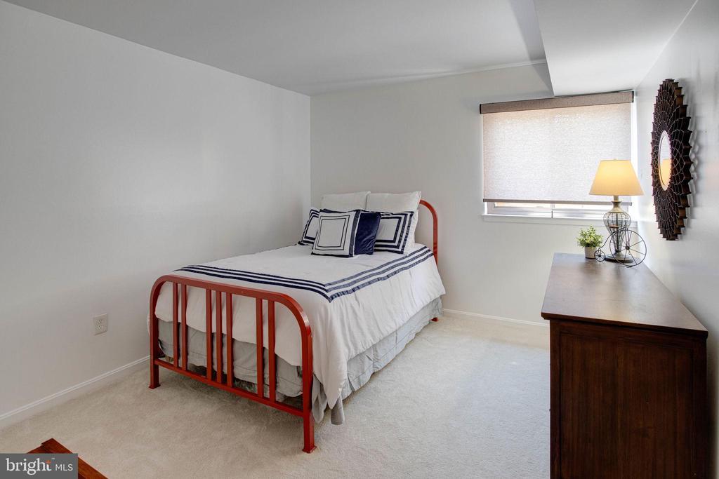 Spacious second bedroom - 9802 KINGSBRIDGE DR #001, FAIRFAX