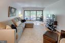 Huge living room with great views! - 9802 KINGSBRIDGE DR #001, FAIRFAX