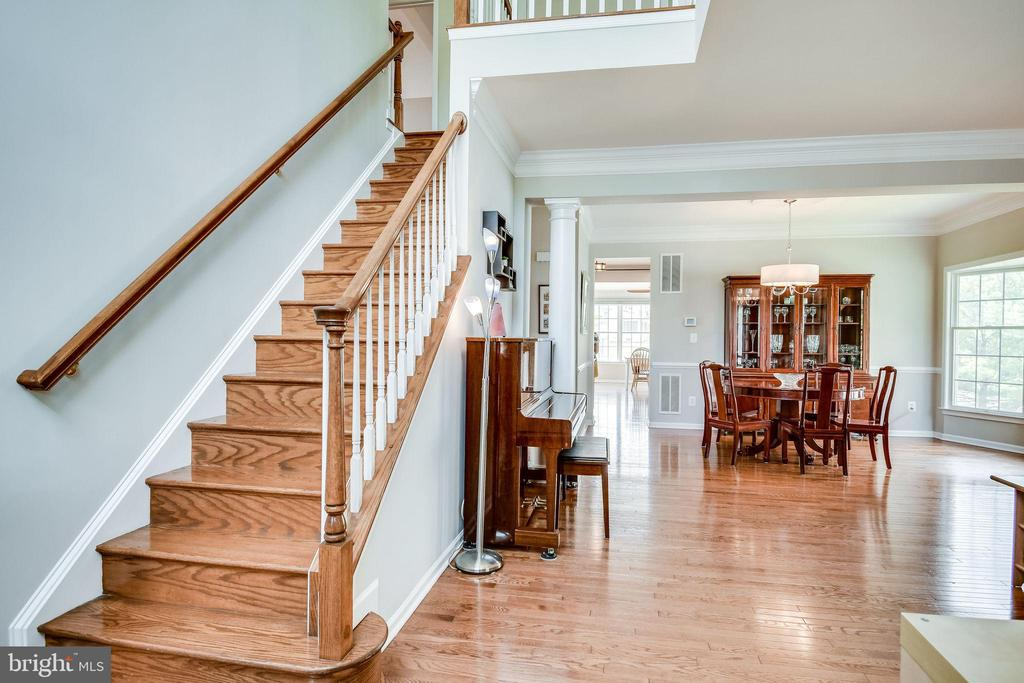 Oak Staircase - 25973 STINGER DR, CHANTILLY