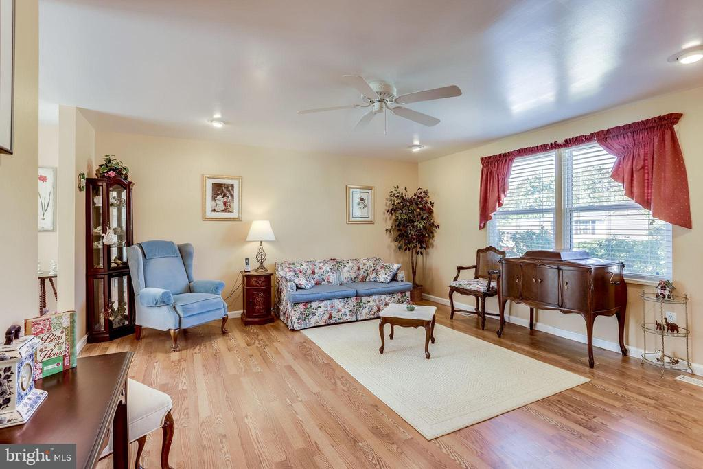 Entertain guests in living room w/laminate floors - 128 N GARFIELD RD, STERLING