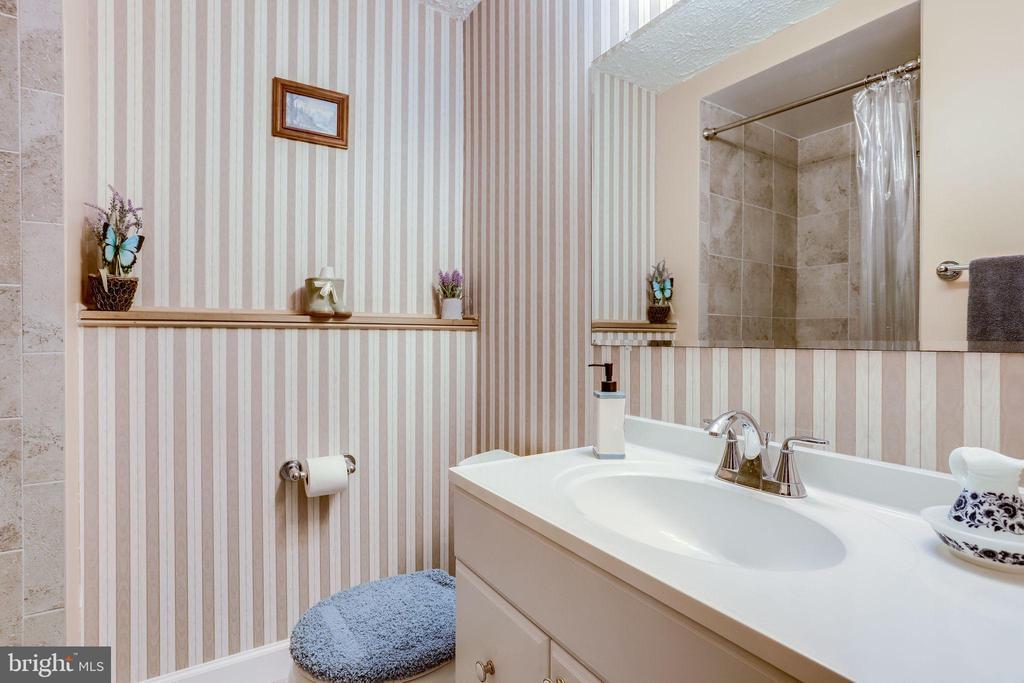 Full bathroom with walk-in shower - 128 N GARFIELD RD, STERLING