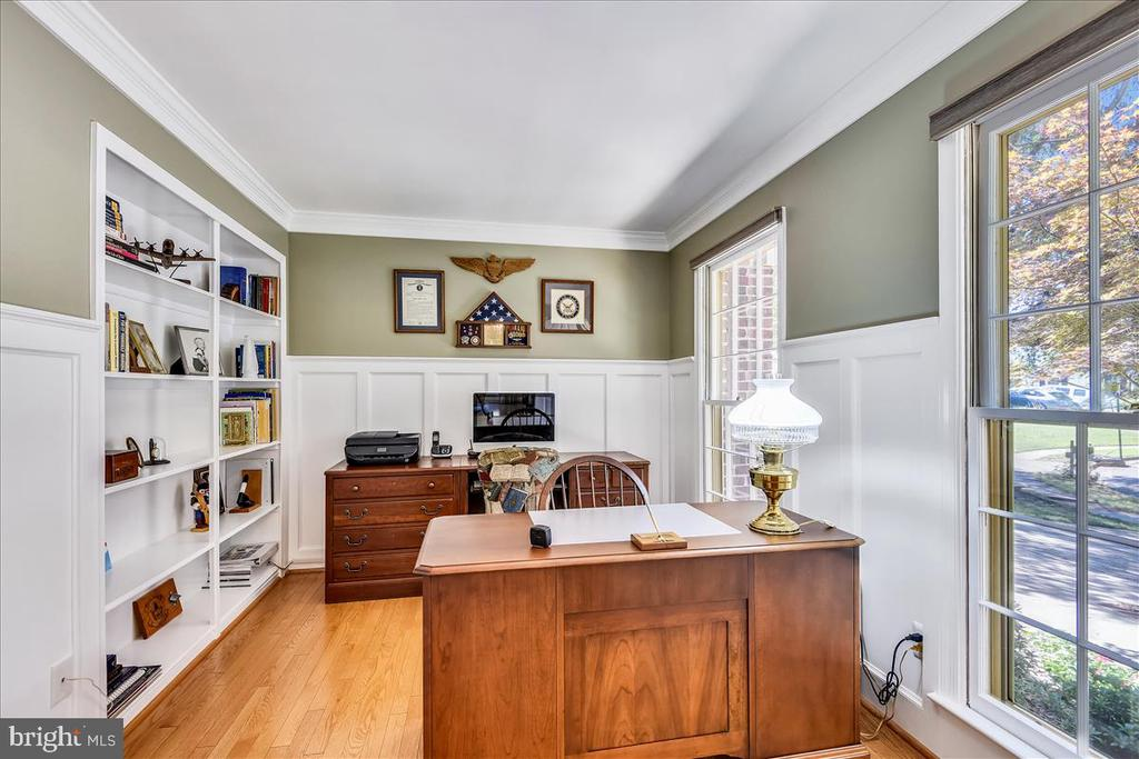 Main level study with builtins & board & batten - 14826 HUNTING PATH PL, CENTREVILLE
