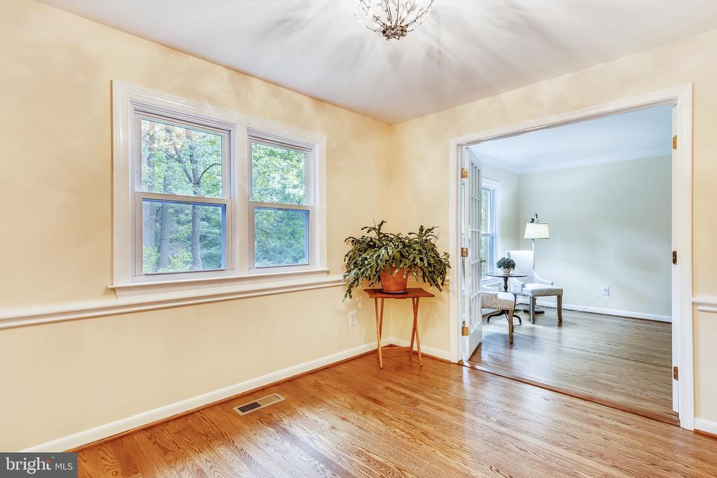 Tons of natural light throughout! - 8327 STONEWALL DR, VIENNA