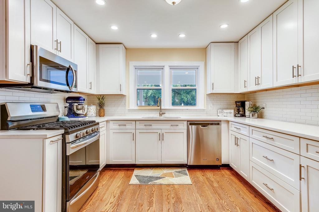 Fully renovated kitchen (2020). Quartz counters! - 8327 STONEWALL DR, VIENNA